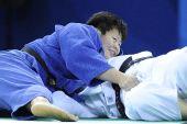 图文:女柔78公斤级佟文闯入半决赛 神态轻松