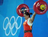 图文:奥运女举75公斤级决赛 曹磊轻松试举成功