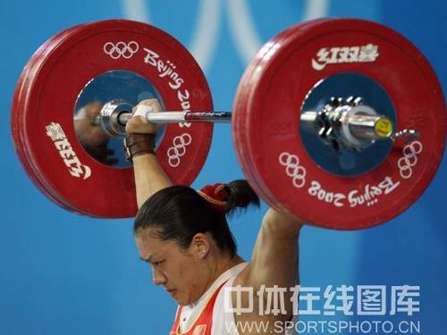 图文:女举75公斤级决赛曹磊冲金 力举千斤
