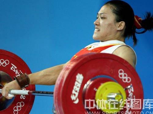 图文:女举75公斤级决赛曹磊冲金 咬牙挺住