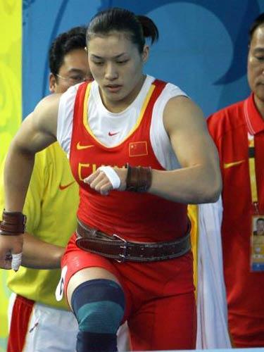 图文:女举75公斤级决赛曹磊冲金 磨拳擦掌