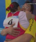 组图:曹磊夺冠与教练拥抱庆祝胜利