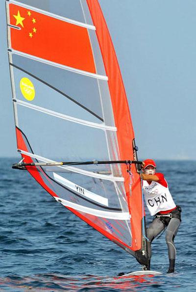 图文:奥帆赛场的中国红 中国女子帆板选手殷剑