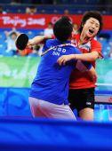图文:女团半决新加坡3-2韩国 冯天薇熊抱教练