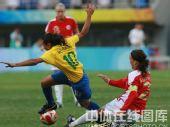 图文:女足1/4决赛巴西2-0领先挪威 不幸摔倒