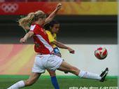 图文:女足1/4决赛巴西2-0领先挪威 你争我抢