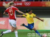 图文:女足1/4决赛巴西2-0领先挪威 双方争抢