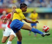 图文:巴西2-1挪威 妮埃拉在场上拼抢