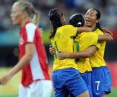 图文:巴西2-1挪威 庆祝进球