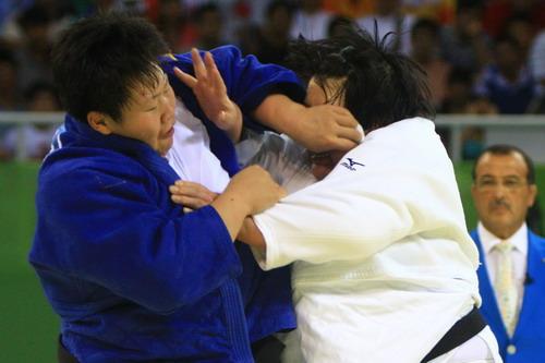 图文:佟文78公斤以上级夺金 双方拼争激烈