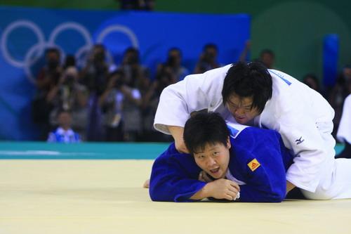 图文:佟文78公斤以上级夺金 对手压在身下