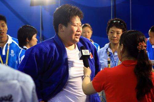 图文:佟文78公斤以上级夺金 接受记者采访