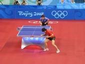 图文:女团半决中国VS中国香港 郭跃专注发球