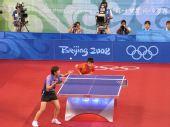 图文:女团半决中国VS中国香港 等候李佳薇发球