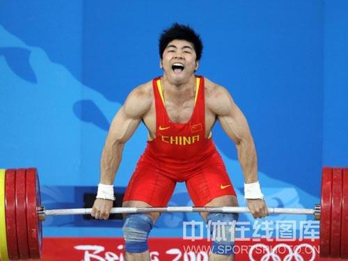 图文:男子举重85公斤级陆永夺冠  咬牙力举
