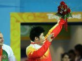 图文:男子举重85公斤级陆永夺冠 展示奖牌
