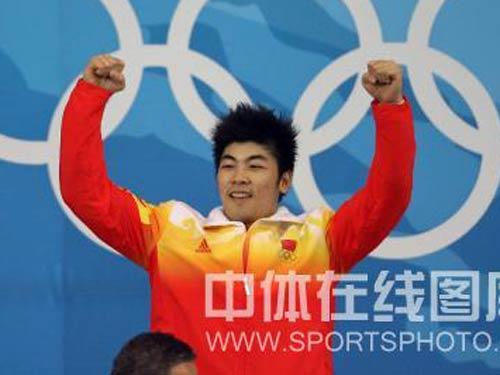 图文:男子举重85公斤级陆永夺冠 握拳庆祝