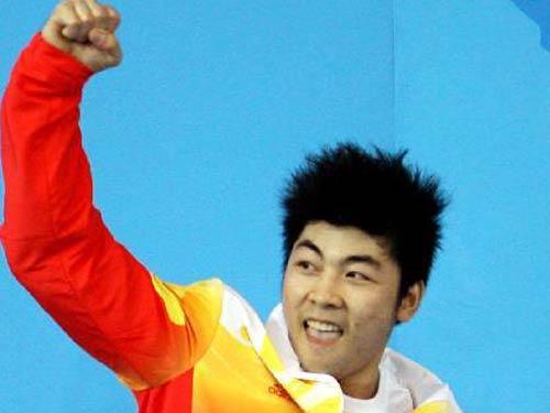 图文:男子举重85公斤级陆永夺冠 胜利之拳