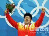 图文:男子举重85公斤级陆永夺冠 高举鲜花