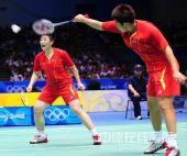 图文:奥运羽毛球女双杜婧/于洋夺金 巧妙回球