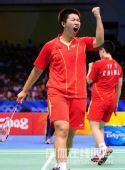 图文:奥运羽毛球女双杜婧/于洋夺金 振臂高呼