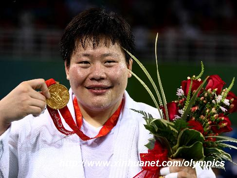 8月15日,佟文在领奖台上展示金牌。当日,在北京奥运会柔道女子78公斤以上级决赛中,中国选手佟文战胜日本选手塚田真希,夺得冠军。 新华社记者陈建力摄