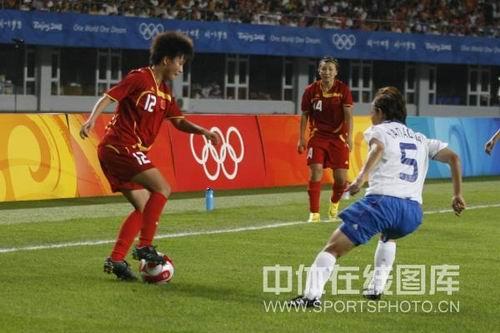 图文:女足0-2日本无缘四强 在边路强力对抗