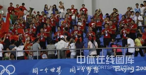 图文:女足0-2日本无缘四强 看台上的球迷热情