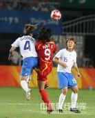 图文:女足0-2日本无缘四强 韩端在积极的争球