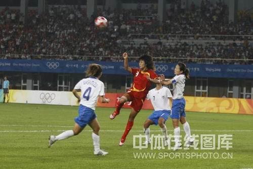 图文:女足0-2日本无缘四强 韩端在准备射门
