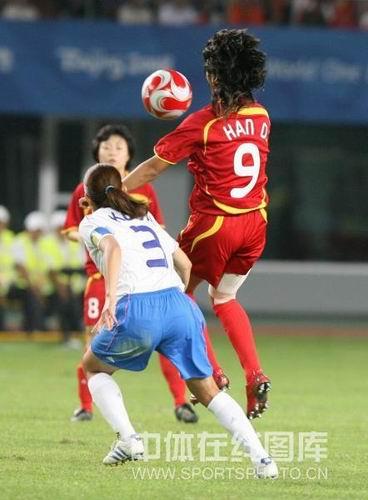 图文:女足0-2日本无缘四强 韩端在用身体护球