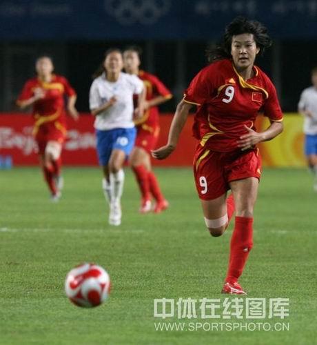 图文:女足0-2日本无缘四强 韩端在追球中前进