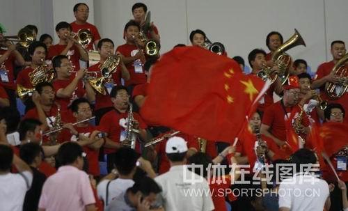 图文:女足0-2日本无缘四强 飘扬的红旗很鲜艳