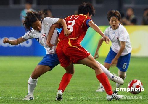 8月15日晚,北京奥运会女子足球1/4决赛,中国对日本的比赛在秦皇岛奥体中心举行,最终中国队0:2负于日本队,失去进入四强的机会。图为,中国队3号李洁与日本队17号长乡油木在比赛中拼抢。 中新社发 刘新 摄