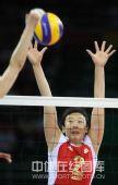 图文:女排预赛A组中国迎战美国 冯坤上前拦网