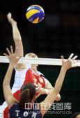 图文:女排预赛A组中国迎战美国 网上争夺激烈