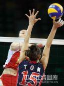 图文:女排预赛A组中国迎战美国 网上对抗瞬间