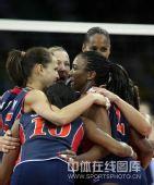 图文:女排预赛A组中国迎战美国 美国队员拥抱