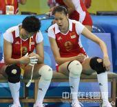 图文:女排预赛A组中国迎战美国 赵蕊蕊在讨论