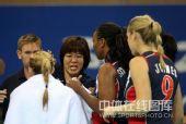 图文:女排预赛A组中国迎战美国 郎平亲手示范