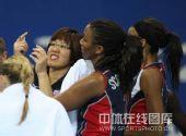 图文:女排预赛A组中国迎战美国 郎平在指挥中
