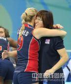 图文:女排预赛A组中国迎战美国 郎平遭遇熊抱