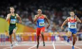 图文:男子400米栏赛况 选手在比赛中全力冲刺