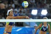 图文:沙滩排球女子16强复赛 巴西组合在比赛中