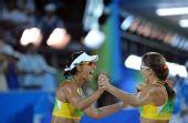 图文:沙滩排球女子16强复赛 巴西组合击掌相庆