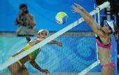 图文:沙滩排球女子16强复赛 巴西队安娜扣球