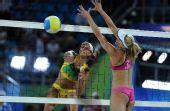 图文:沙滩排球女子16强复赛 安娜大力扣球