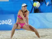 图文:沙滩排球女子16强复赛 德国队珀尔垫球