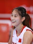 图文:中国队以69比48战胜马里 隋菲菲开心笑了