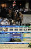 图文:奥运马术比赛场地障碍赛 郑文杰纵马前行